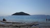 Milia Strand und eine kleine Insel
