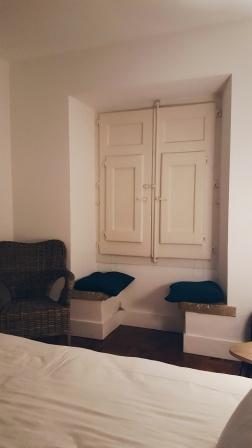 Fenster zur Straße & Sitzgelegenheiten