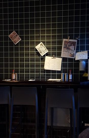 Wand gleich beim Eingang rechts, Deko und Aufmerksames Hinweisen auf die Spendenbox