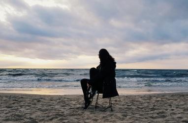 Eleni auf dem 'random chair' vor dem wilden Meer; © Lina
