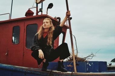 Lina posiert auf einem Fischerboot